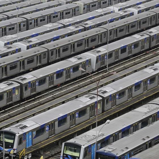 Trens do Metrô de São Paulo parados na garagem por conta da greve dos funcionários (Foto: Nelson Antoine/AP)
