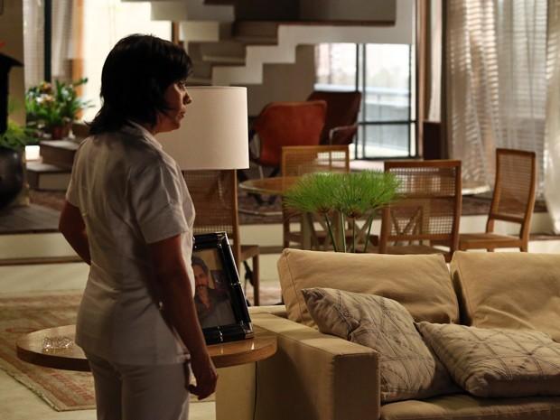 Zezé mostra uma foto de José Alfredo para o casal.... (Foto: Raphael Dias/TV Globo)