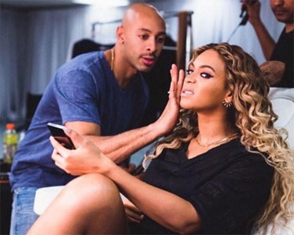 Beyoncé com o seu maquiador, Sir John (Foto: Reprodução/Instagram)