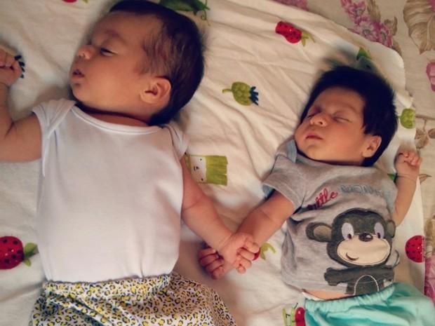 Sofia (à esquerda) e Victor Hugo (à direita) são criados como irmãos pelas gêmeas de Ferraz de Vasconcelos (Foto: Bianca Trajano/ arquivo pessoal)