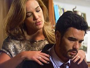 Amanda aproveita momento frágil na vida de José Pedro e parte para o ataque (Foto: TV Globo)