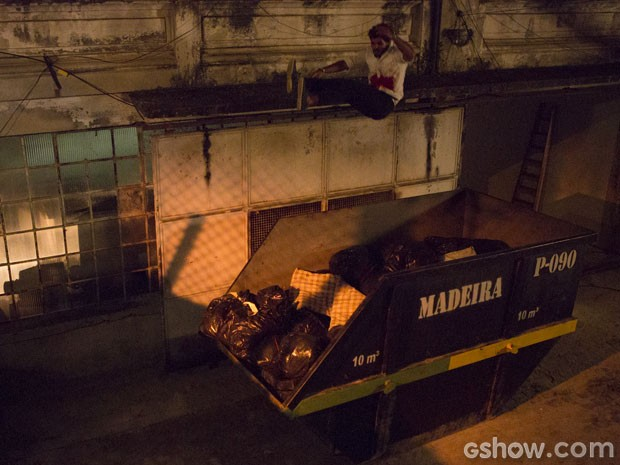 O vilão foge para tentar se salvar (Foto: Felipe Monteiro/TV Globo)