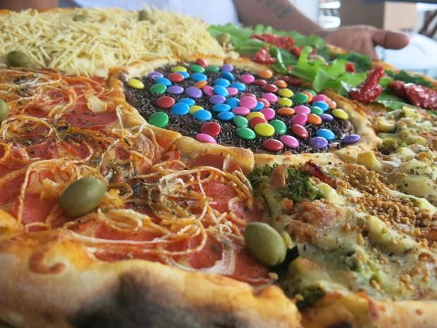 Pizza com cinco tipos de recheios diferentes (Foto: Mariane Rossi/G1)