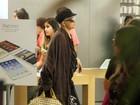 Depois de internação, Betty Lago passeia em shopping no Rio