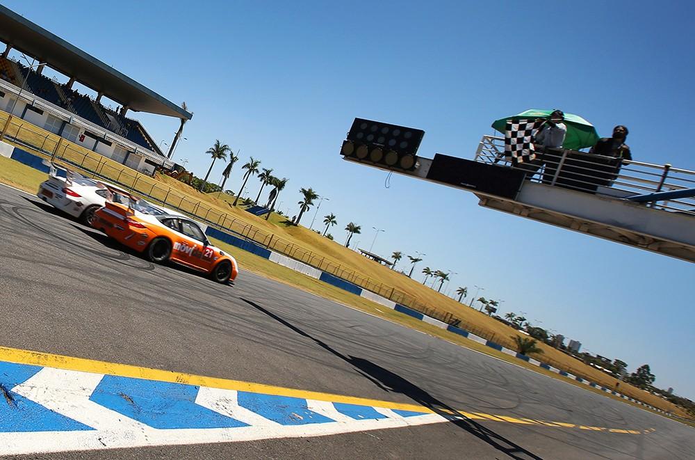 Disputa pelo terceiro lugar na Challenge (Foto: Divulgação/Luca Bassani/Porsche Império GT3)