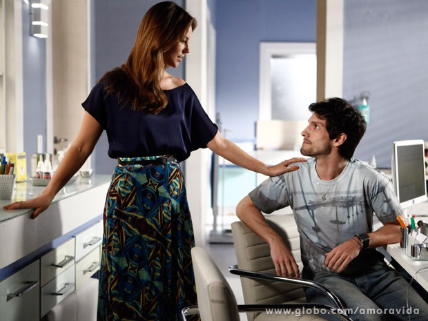 Paloma ajuda o cunhado (Foto: Amor à Vida/ TV Globo)