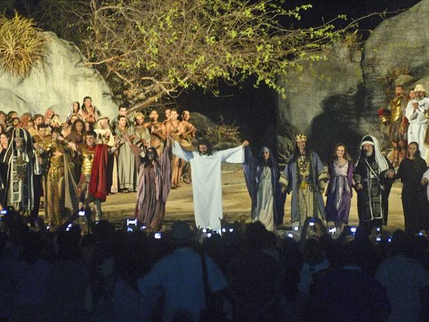 Atores agradecem ao público no final do espetáculo (Foto: Luka Santos/G1)