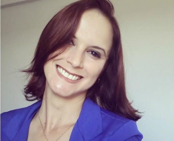 Ana Claúdia Mendes, repórter da Inter TV Grande Minas, fazendo uma  selfie. (Foto: Arquivo Pessoal)