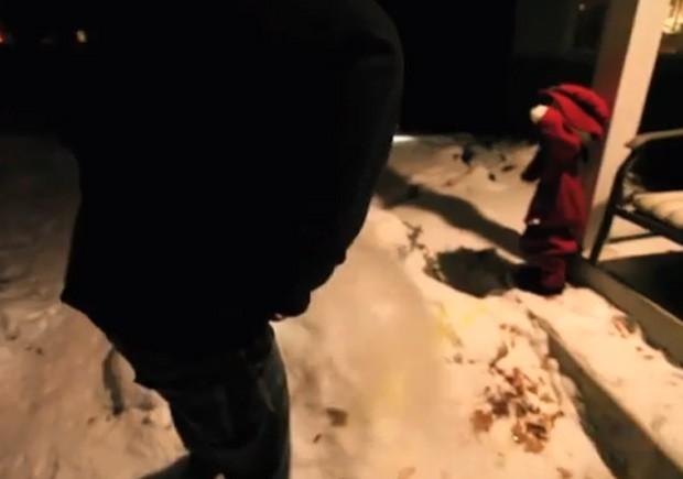Jovem fez 'fumaça' ao urinar durante frio recorde no estado de Minnesota (EUA), que teve sensação térmica de -50ºC (Foto: Reprodução/YouTube/Dakota Laden)
