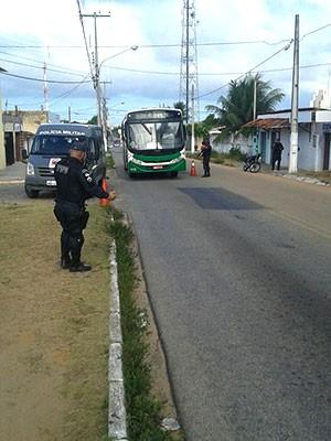 Barreiras da PM foram montadas nos bairros Planalto e Pitimbu, mas nenhum suspeito foi preso ou arma encontrada (Foto: Divulgação/PM)
