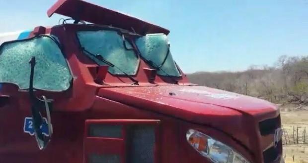 Veículo ficou com várias marcas de tiro (Foto: Arquivo pessoal)