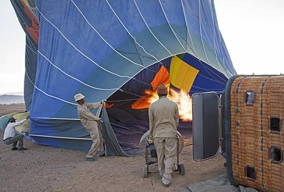 Uma contínua labareda de fogo e ventiladores fazem com que o balão tome sua forma  (Foto: © Haroldo Castro/ÉPOCA)