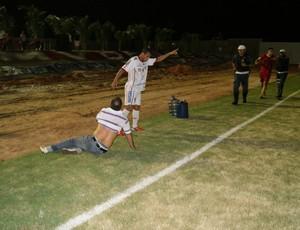 Celso Teixeira, técnico do Potiguar de Mossoró, foi agredido por jogadores do América-RN após a final (Foto: Augusto Gomes)