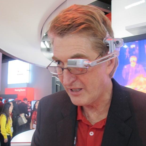 David Ferguson, da Kopin, demonstra o computador Golden.i (Foto: Daniela Braun/G1)