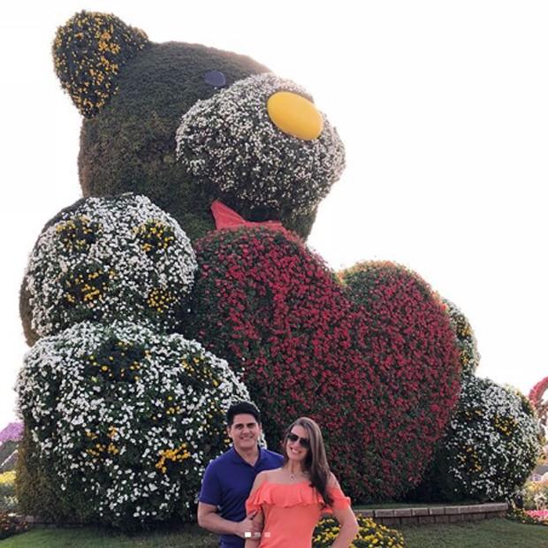 César Filho e Elaine Mickely no Dubai Miracle Garden (Foto: Reprodução/Instagram)