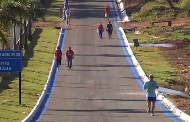 Romeiros começam a caminhar até Trindade para pagar promessas, em Goiás (Foto: Reprodução/TV Anhanguera)