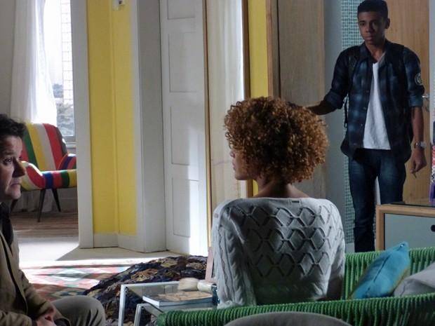 Jonas aparece na casa de Verônica e Vicente chega na hora  (Foto: Geração Brasil/ TV Globo)