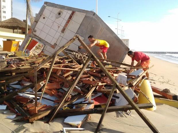 Ressaca destruiu posto de guarda vidas em Barra Velha (Foto: Bombeiros Voluntários de Barra Velha/Divulgação)