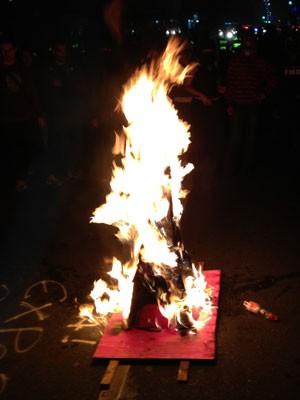 Grupo coloca fogo em maquete na noite desta quinta-feira (Foto: Marcelo Mora/G1)