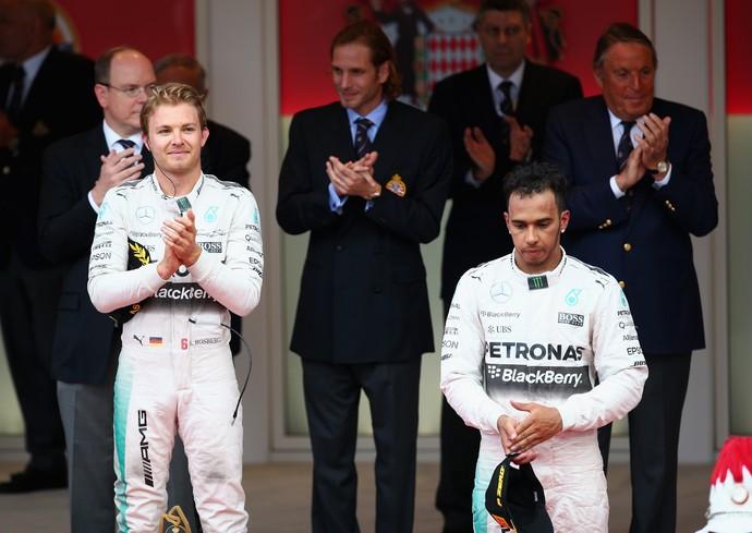 Nico Rosberg celebra vitória ao lado de um decepcionado Lewis Hamilton no pódio do GP de Mônaco (Foto: AFP)