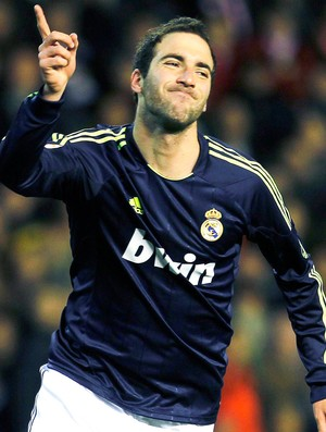Gonzalo Higuain comemora gol do Real Madrid contra o Valencia (Foto: Reuters)