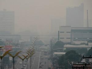 Fumaça de queimada cobre a cidade de Manaus, no Amazonas. Ela e outras 11 cidades do estado estão em estado de emergência por causa das queimadas (Foto: Edmar Barros/Futura Press/Estadão Conteúdo)