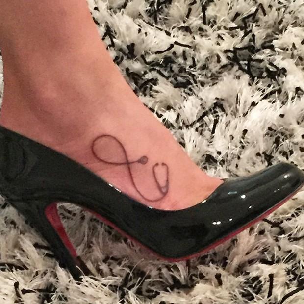Camila mostrou nova tatuagem no mesmo dia em que Neymar esteve em estúdio de tattoos (Foto: Reprodução/Instagram)