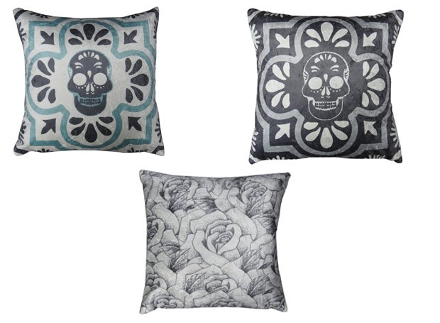 As duas peças acima são da linha Frame Cav, suas formas geométricas assemelham-se ao arabescos e aos azulejos portugueses. A almofada com estampa de rosa foi inspirada em uma tatuagem do artista. Os itens custam entre R$ 210 e R$ 275 (Foto: Divulgação)