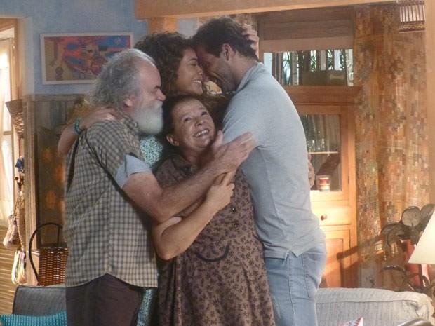 Família se emociona por estar unida novamente (Foto: Flor do Caribe/ TV Globo)