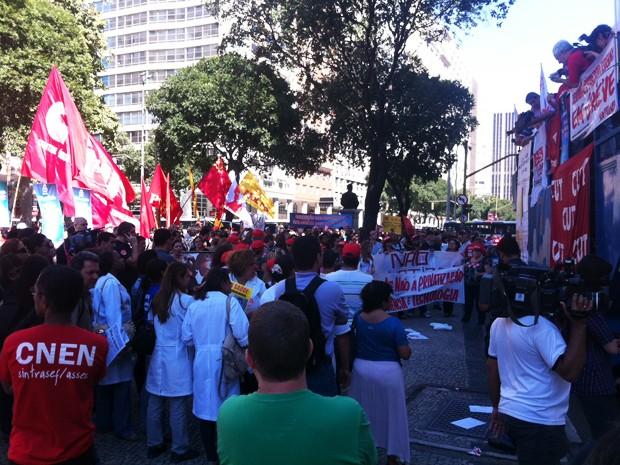 Servidores se concentraram na Candelária e vão seguir até a Cinelândia (Foto: Janaína Carvalho / G1)