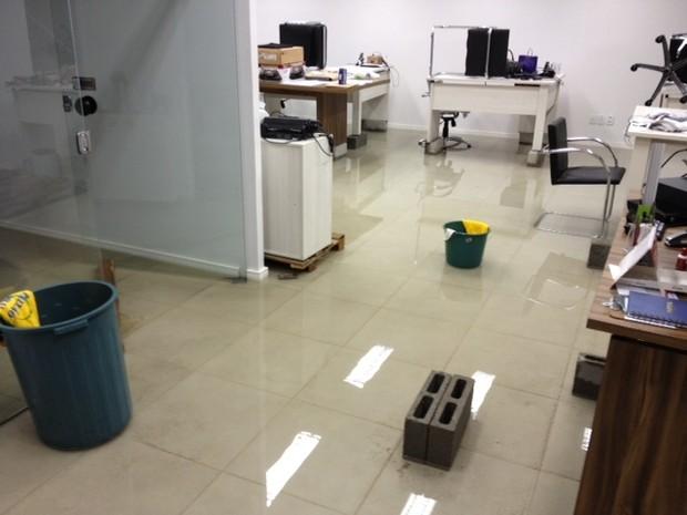 Escritório inundado em Vila Velha. (Foto: Beto Marendino/ VC no ESTV)