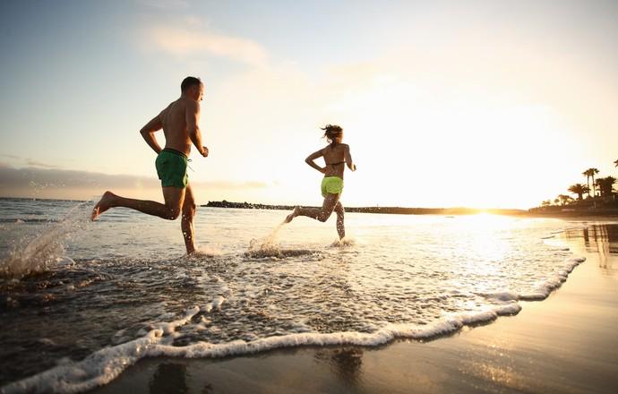 EuAtleta - casal correndo na praia (Foto: Getty Images)