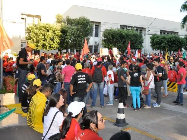 Servidores protestam no Centro Político Administrativo de MT (Foto: Carolina Holland/G1)