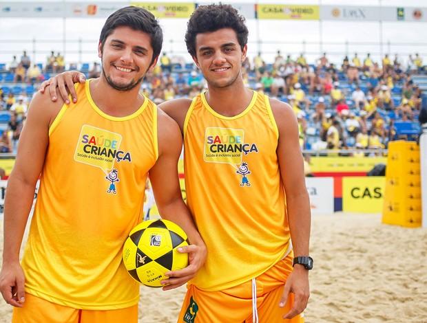 Bruno Gissoni e Felipe Simas no Brasileiro de Futevôlei 4x4 (Foto: AGIF)