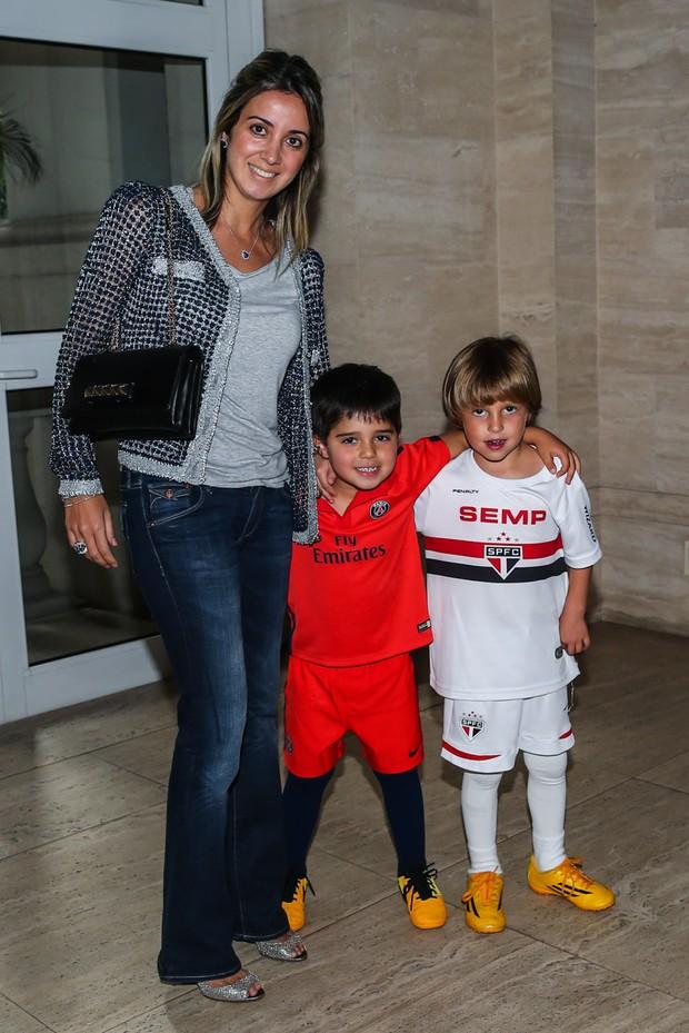 Rafaella Massa com o filho Felipinho e um amiguinho (Foto: Manuela Scarpa / Photo Rio News)