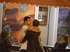 De vestidinho, Sophia Abrahão troca beijos com Sergio Malheiros no Rio