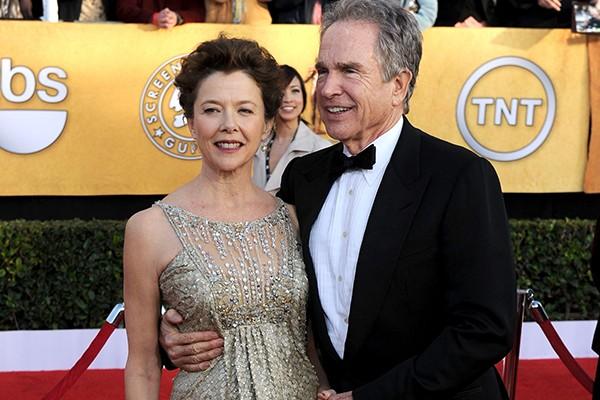 Após estrelarem o filme 'Bugsy' juntos, Warren Beatty e Annette Bening simplesmente tiveram que ficar juntos. Os dois têm 21 anos de idade de diferença entre eles, mas continuam juntos após 22 anos de casamento. (Foto: Getty Images)