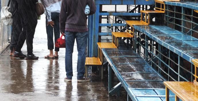 Sem água em alojamento, atletas se deslocam até estádio para tomarem banho (Foto: Gabriela Correia / GloboEsporte.com)