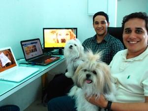 Sérgio Oliveira e Philipe Coutinho usam o QR Code como localizador do animal perdido (Foto: Marco Polo)