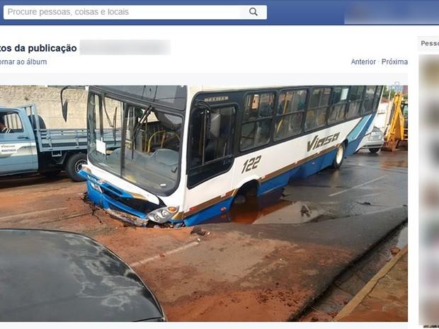 Ônibus foi engolido por buraco que abriu no asfalto após rompimento de adutora (Foto: Reprodução/Facebook)