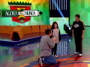 Luciano Huck recebe a pequena Ana Mell no seu Caldeirão (Foto: Reprodução/TV Gazeta)