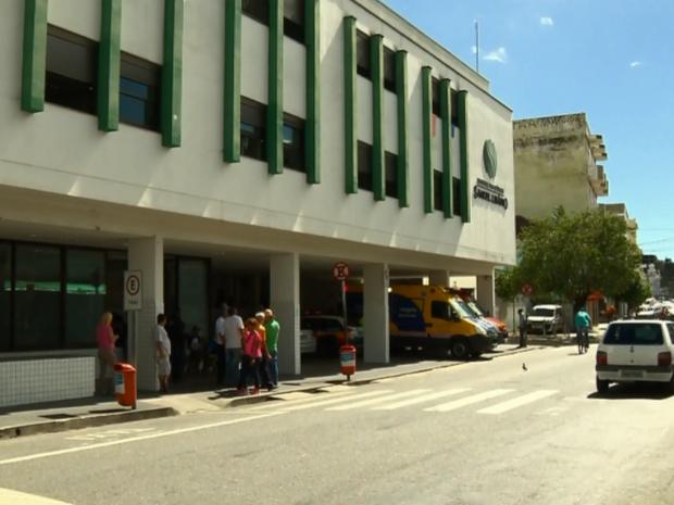 Policial baleado foi levado para hospital e depois liberado em Pouso Alegre (MG) (Foto: Reprodução EPTV/Edson de Oliveira)