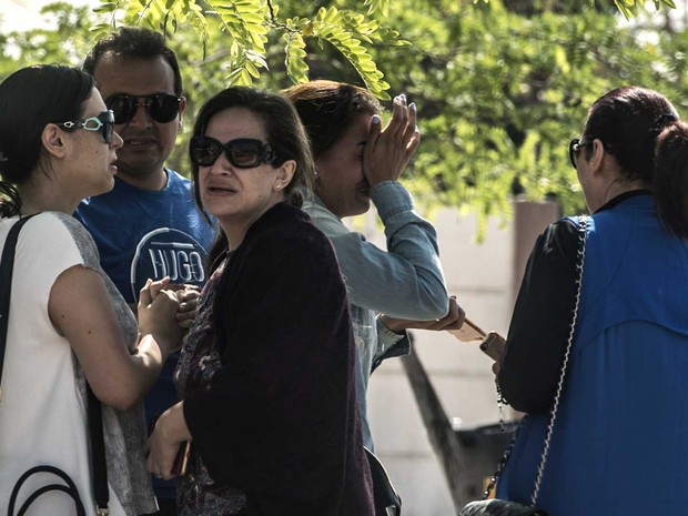 Famílias de passageiros que estavam no voo da EgyptAir no aeroporto do Cairo (Foto: Khaled Desouki / AFP Photo)