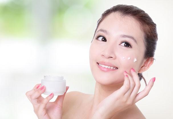 japinha hidratando o rosto (Foto: Shutterstock)