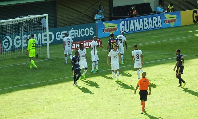 Loco Abreu em Bangu x Fluminense  (Foto: Hector Werlang)