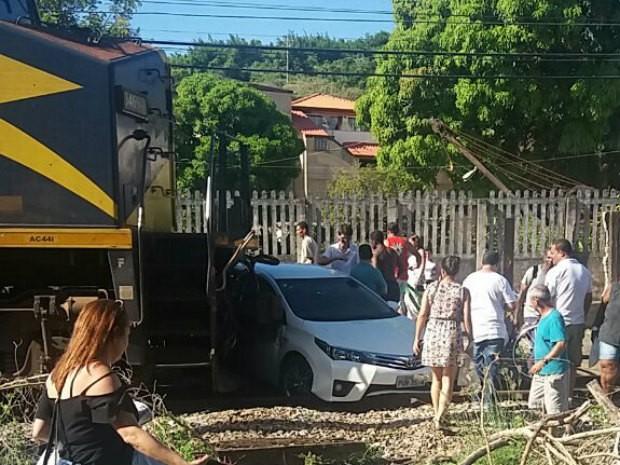 Trem atinge carro no Centro de Barra Mansa, RJ (Foto: Ivair Alves da Silva Junior/Arquivo Pessoal)