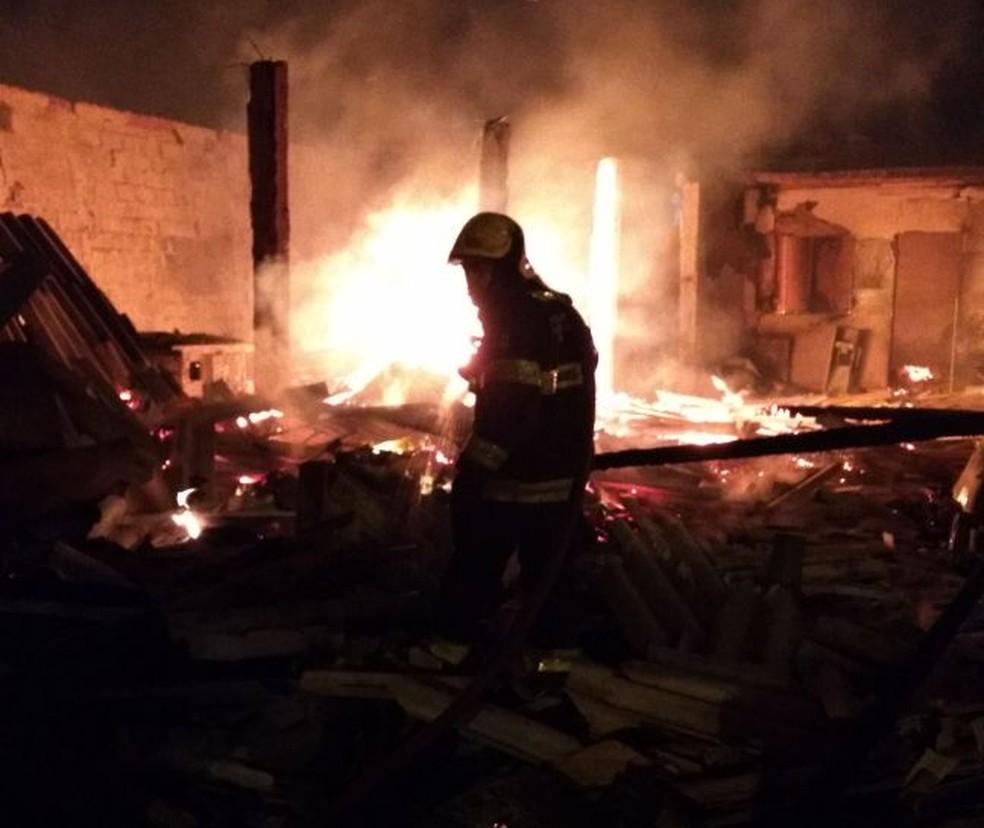 Chamas destruíram a fábrica (Foto: Corpo de Bombeiros/Divulgação)