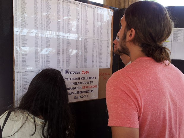 Candidatos conferem salas de prova no Colégio Liceu Nossa Senhora Auxiliadora em Campinas (Foto: Fernando Pacífico/ G1)