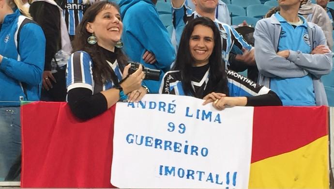Torcedora do Grêmio leva cartaz para André Lima (Foto: Diego Guichard/GloboEsporte.com)