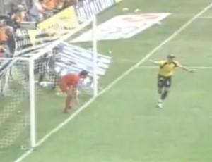Calero vibra com o gol (Foto: Reprodução/Internet)